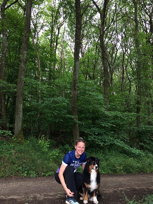Muko-Spendenlauf 2021 - Foto von Stephanie zusammen mit ihrem Hund im Wald