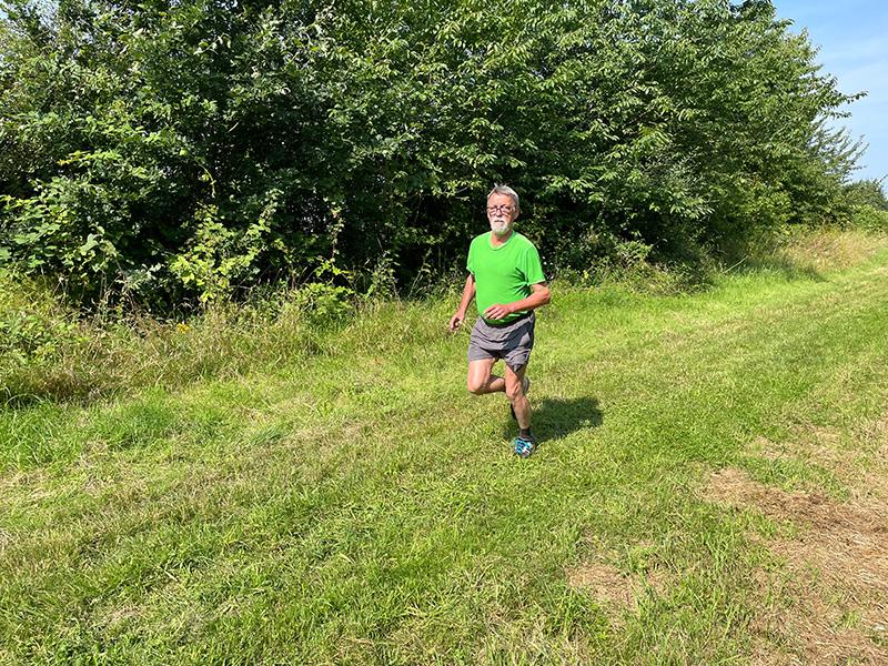 Muko-Spendenlauf 2021 - Jochen läuft über eine Wiese
