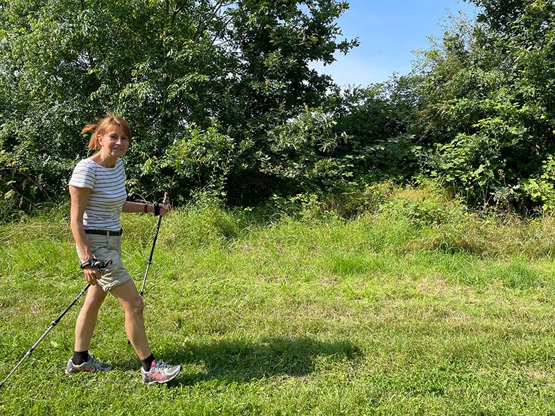Muko-Spendenlauf 2021 - Edelgard mit Walkingstöcken im Grünen