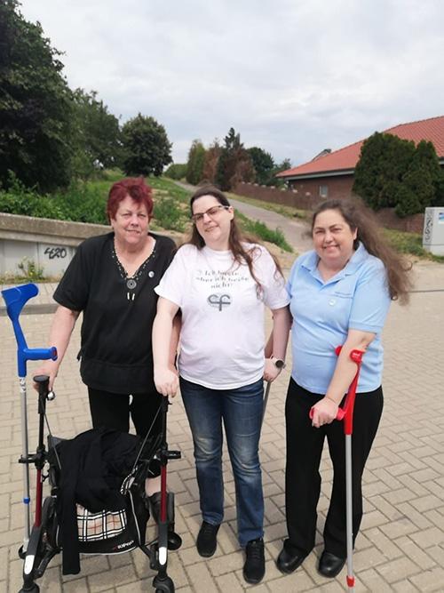 Muko-Spendenlauf 2021 - Gruppenfoto von Gisela mit Rollator, Annabell und Miriam mit Unterarmstützen