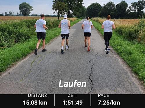 Muko-Spendenlauf 2021 - 4 Läufer*innen von hinten mit Zeit- und Kilometerangabe